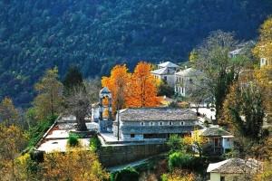 Το γραφικό χωριό του Πηλίου που βλέπει όλο το Αιγαίο σκαρφαλωμένο στις πλαγιές του βουνού