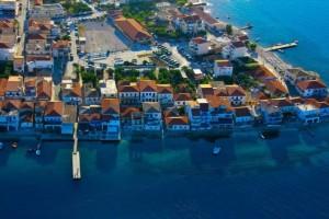 Το παραθαλάσσιο ελληνικό χωριό που μοιάζει σαν να επιπλέει στο νερό!