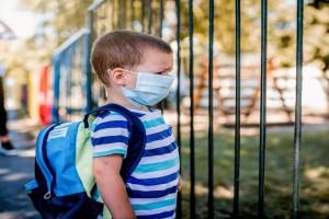 Ακραίο περιστατικό: Γονιός - αρνητής του κορωνοϊού απείλησε ότι θα πάει σχολείο με καραμπίνα