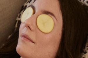 """Πες """"αντίο"""" στους μαύρους κύκλους με την βοήθεια της πατάτας - Σούπερ ανώδυνο τρικ!"""