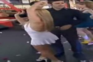 """Το απόλυτο θηλυκό των 90s """"κολάζει"""" με το αισθησιακό τσιφτετέλι της!"""