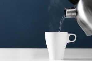 Τι θα πάθει το σώμα μας αν σταματήσουμε τον καφέ και ξεκινήσουμε να πίνουμε ζεστό νερό