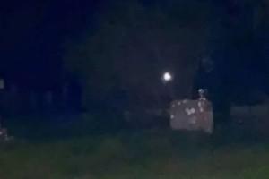 Ζευγάρι πήγε σε νεκροταφείο και τράβηξε ΑΥΤΗ την φωτογραφία πάνω από τάφο! Μόλις την κοίταξαν καλύτερα πάγωσαν
