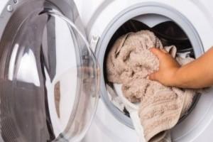 Βάζει τα ρούχα στο πλυντήριο προσθέτοντας μερικές κουταλιές αλάτι… Ο λόγος; Ευφυέστατος!