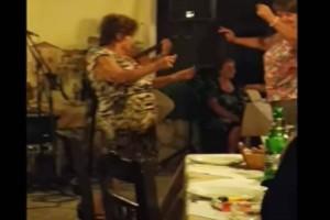 """75χρονη γιαγιά χορεύει τσιφτετέλι και... """"τρελαίνει"""" κόσμο"""