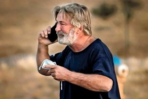 Άλεκ Μπάλντουιν: Η πρώτη αντίδραση μετά το μοιραίο ατύχημα – «Γιατί μου δώσατε γεμάτο όπλο;»