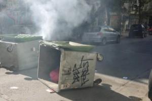 Νέα ένταση στο κέντρο της Αθήνας - Οδοφράγματα και πετροπόλεμος έξω από την ΑΣΟΕΕ