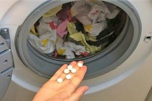 Βάζει ασπιρίνες στο πλυντήριο - Μόλις δείτε γιατί θα το κάνετε κι εσείς