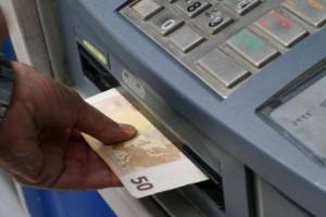 Πριν πατήσει το κουμπί στο ΑΤΜ του έβγαλε 300 ευρώ! Αυτό πρέπει να κάνετε και εσείς για να μην... μπλέξετε!