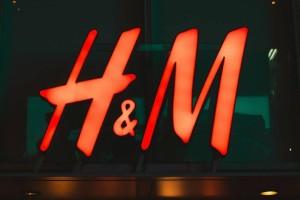 H&M: Η φούστα που δεν θα βγαίνει από πάνω σου! Είναι εμπριμέ και κοστίζει λιγότερο από 20 ευρώ
