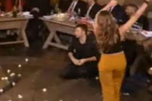 """Κούκλα Ελληνίδα ηθοποιός σηκώνεται να χορέψει βαρύ ζεϊμπέκικο - Ραγίσανε """"πέτρες""""!"""