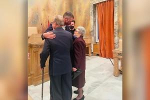 «Δεν ήθελε να με παντρευτεί, αλλά την κατάφερα», λέει ο 87χρονος που παντρεύτηκε στο Δημαρχείο της Αθήνας