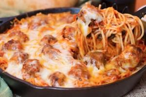 Εύκολα κεφτεδάκια με τυρένια σάλτσα και μακαρόνια!