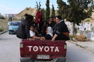 Θλίψη στη κηδεία του 20χρονου Ρομά: Συγκλονίζει η φωτογραφία της οικογένειας πάνω στο αγροτικό!