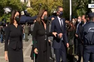 Κηδεία Φώφης Γεννηματά: Mε μπαστούνι και υποβασταζόμενη η Ντόρα Μπακογιάννη! (Video)
