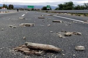 Έκλεισε η Εθνική Οδός: Ένταση και πετροπόλεμος από Ρομά