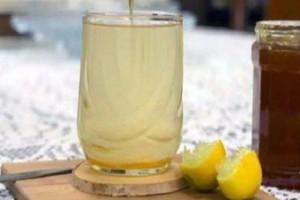 Αυτή η γυναίκα έπινε ζεστό νερό με μέλι και λεμόνι για έναν ολόκληρο χρόνο - Μαντέψτε τα αποτελέσματα!