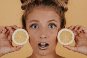 Προσοχή! Βάζετε λεμόνι στο πρόσωπο; Δείτε τι μπορεί να προκαλέσει στο δέρμα σας
