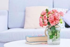 Γέμισε ένα βάζο με ξύδι και ζάχαρη κι έβαλε μέσα λουλούδια - Μόλις δείτε το λόγο θα εκπλαγείτε