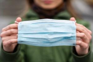 ΒΟΜΒΑ: Επιστροφή της μάσκας στους εξωτερικούς χώρους; Όλα τα νέα μέτρα που εξετάζονται