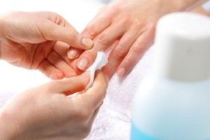 Σου τελείωσε το ασετόν; Αυτή είναι η πιο φυσική λύση για να ξεβάψεις τα νύχια σου!