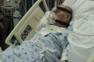 Στεκόταν δίπλα στον παππού και λίγο πριν πεθάνει άνοιξε η πόρτα - Πάγωσε όταν είδε ποιος είναι