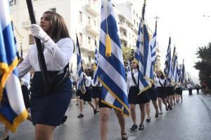 Θεσσαλονίκη: Με μαύρα περιβραχιόνια παρέλασαν συμμαθητές 18χρονου που σκοτώθηκε σε τροχαίο