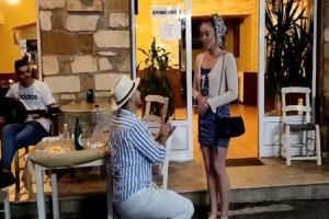 Πρόταση γάμου που παραλίγο να καταλήξει σε φιάσκο - Το «παγωμένο» ύφος της κοπέλας (Video)