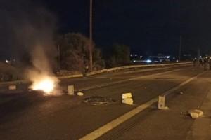 Νέα διαμαρτυρία Ρομά στα Μέγαρα – Έκλεισε η Εθνική Αθηνών-Κορίνθου