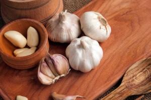 Σας δυσκολεύει το καθάρισμα του σκόρδου; 2 τρόποι να το κάνετε... τσακ μπαμ χωρίς να μυρίζουν τα χέρια σας