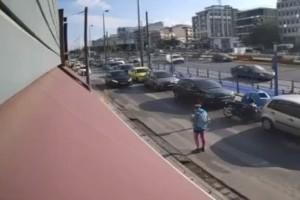 Βίντεο σοκ από τροχαίο στη Συγγρού: Η στιγμή που αυτοκίνητο παρασύρει πεζή