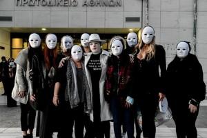 Επίθεση με βιτριόλι: Σπουδαία πράξη συμπαράστασης από τις φίλες της Ιωάννας - Φόρεσαν λευκές μάσκες στο δικαστήριο