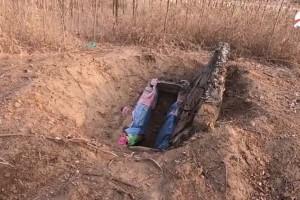 Φρίκη: Ξέθαψαν τη νεκρή κόρη τους από τον τάφο και πούλησαν τη σορό για 10.000 ευρώ (Video)