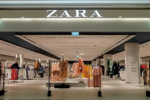 ZARA: Μοναδική εμπριμέ μπλούζα σε απίστευτη τιμή!
