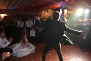 Ο πατέρας της νύφης σηκώθηκε να χορέψει βαρύ ζεϊμπέκικο - Δευτερόλεπτα μετά όλοι δάκρυζαν!