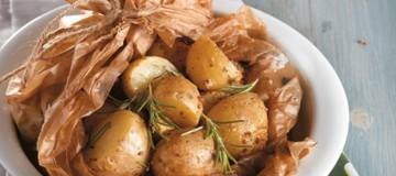 Η νόστιμη συνταγή της ημέρας: Πατάτες στην λαδόκολλα με σάλτσα φέτας!