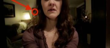 Ήθελε να στείλει μια προκλητική selfie στο αγόρι της. Μόλις είδε όμως ποιός κρυβόταν στο σαλόνι, της σηκώθηκε η τρίχα! (Video)