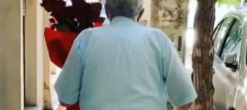 Αυτός ο παππούς περπατά στο δρόμο αγκαλιά με μια ανθοδέσμη! Ο λόγος; Θα σας συγκινήσει!
