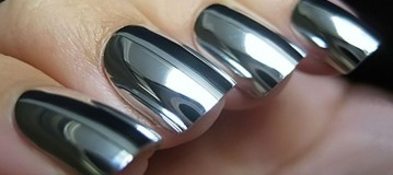 Mirror nails: Η τάση που θα κυριαρχήσει για ακόμη μια σεζόν στα νύχια μας