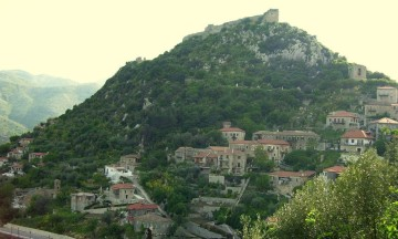 """Καρύταινα: Το χωριό της ορεινής Αρκαδίας που θεωρείται το """"Τολέδο"""" της Ελλάδας!"""