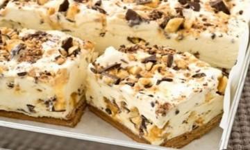 Γλυκό ψυγείου με ζαχαρούχο γάλα και κομματάκια σοκολάτας