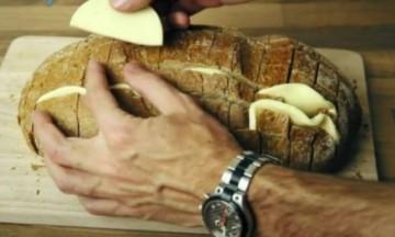 Τύλιξε το ψωμί σε αλουμινόχαρτο και το έψησε στο φούρνο - Όταν το έβγαλε... απίστευτο (Video)
