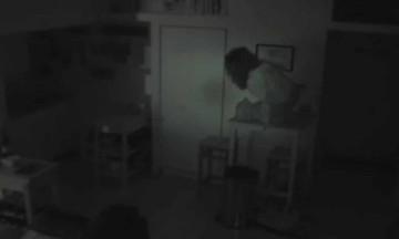 Άκουγε παράξενους θορύβους στην κουζίνα - Όταν έβαλε κρυφή κάμερα πάγωσε με αυτό που είδε (Video)