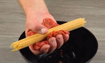 Πήρε μια χούφτα μακαρόνια και τα τύλιξε με κιμά - Αυτό που έκανε είναι άκρως απολαυστικό (Video)