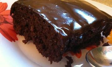 Πανεύκολο γλυκό: Ζουμερή σοκολατόπιτα με χαλβά και μπανάνα