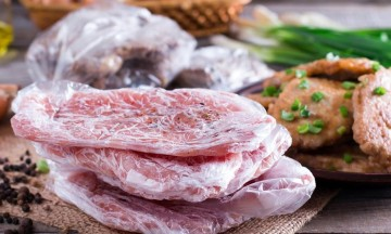 Πώς να ξεπαγώσετε το κρέας σε 10-15 λεπτά! (vid)