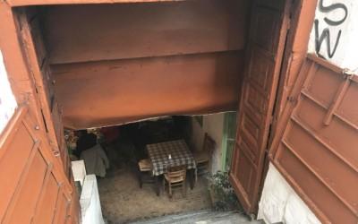 Αθήνα: Η ιστορική, υπόγεια ταβέρνα σε εγκαταλελειμμένο σπίτι του κέντρου, που αποθεώνουν youtubers από όλο τον κόσμο!