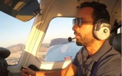 Ο Σάκης Τανιμανίδης έγινε πιλότος! Δείτε την πρώτη του πτήση (video)