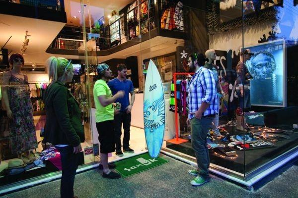 Slick Bitch: Το θρυλικό surf shop της Γλυφάδας κατεβάζει ρολά