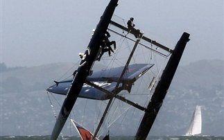 Δείτε Catamaran που αναποδογύρισε θεαματικά, εκτοξεύοντας το πλήρωμά του! (Photos & video)